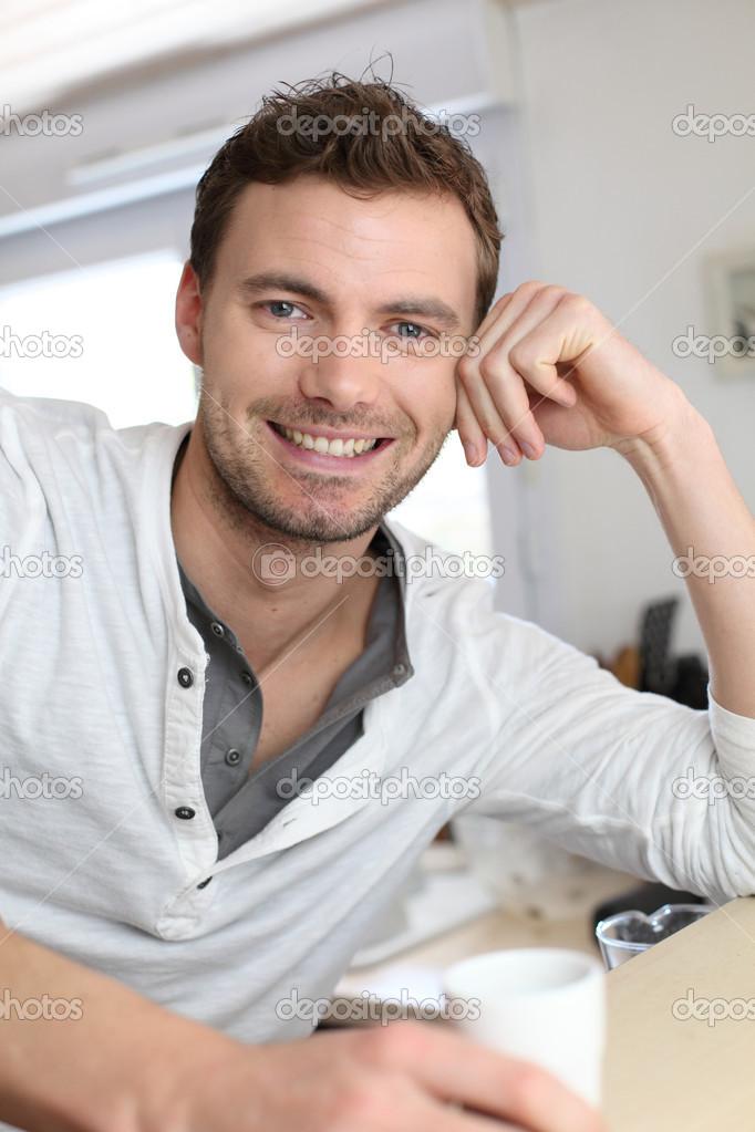 ae8fb3764 Retrato de chico guapo tomando café en la cocina de casa — Fotos de ...