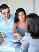 Ehepaar im Amt unterschreibt Vertragsunterlagen
