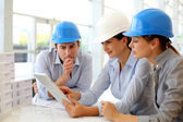 architekti, pracující v kanceláři na projekt výstavby