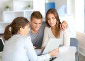 信用の貸付け金のための若いカップル会議金融コンサルタント