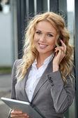 Prodavačka používání mobilních telefonů a digitální tablet