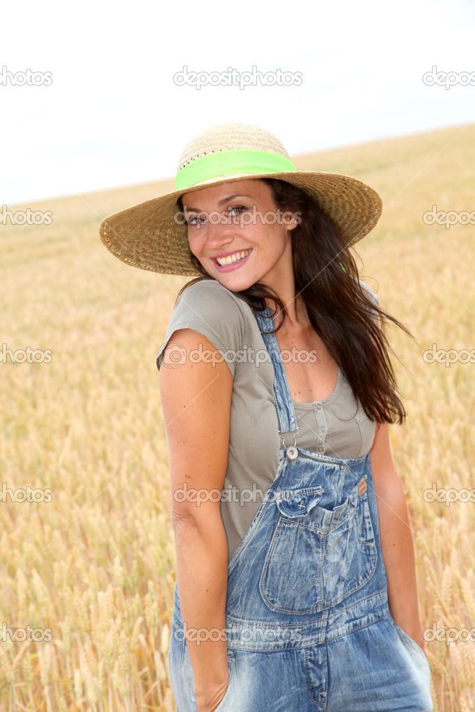 Bella donna con piedi di cappello di paglia nel campo di grano — Foto di  Goodluz 1a10c06a5f07