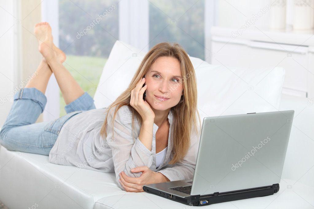 bella donna bionda, navigare su internet a casa — Foto Stock ...