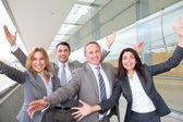 Skupina happy podnikání s rukama nahoru
