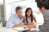 otec a dívka podepsání úvěrové smlouvy