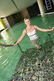 Fotografia Donna sorridente sempre fuori acqua piscina spa