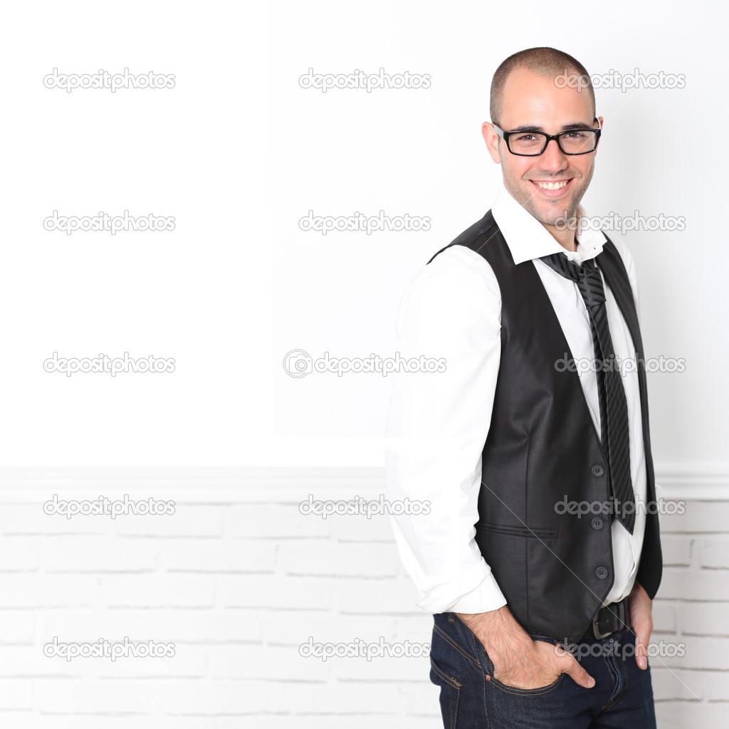 Hombre vestido de blanco y negro