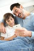 Fényképek Apa smartphone játszó kisfiú