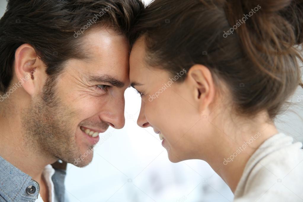 При смотрит глаза в знакомстве не если девушка