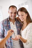 Paar immer Schlüssel für ihr neues Zuhause