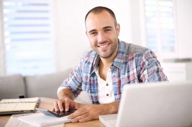 Dizüstü bilgisayarda çalışan adam
