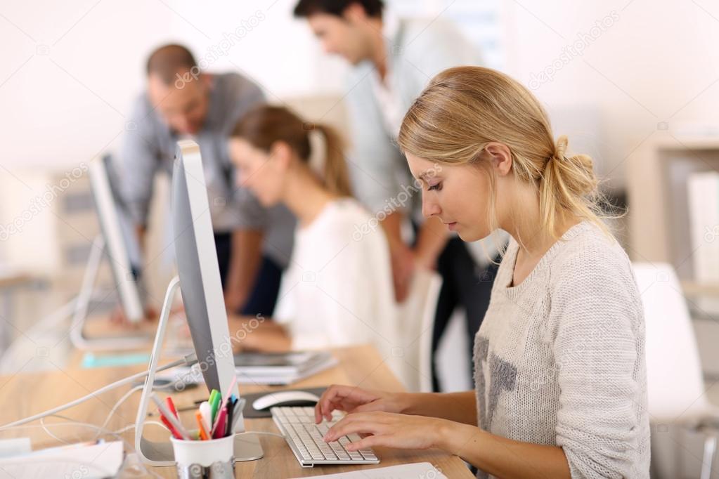 Фото работа в офисе девушка вебкам как работать