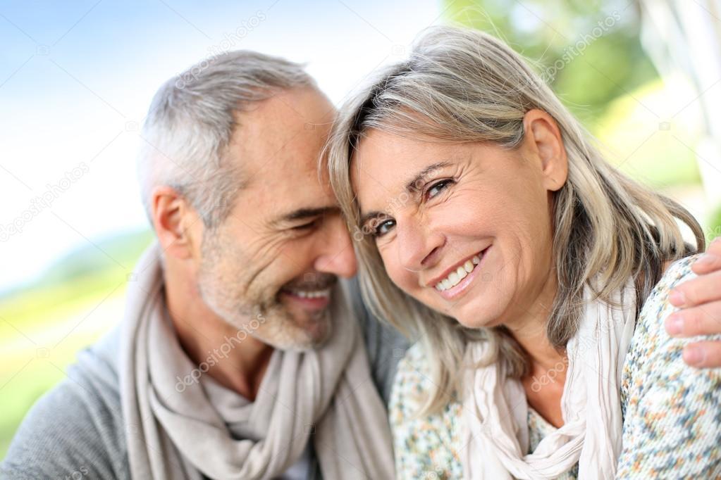 Зрелая пара и дама