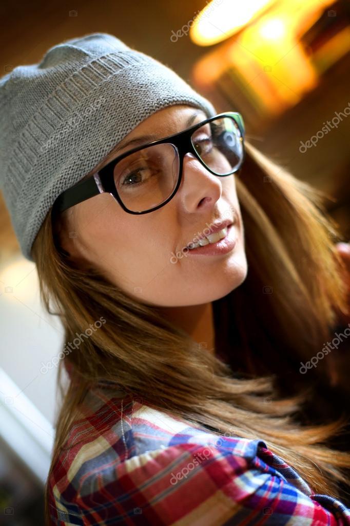 a3c3357352 Fille avec chapeau et des lunettes de vue– images de stock libres de droits