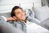 uomo relax sul divano