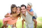 rodiče dávat na záda pro děti