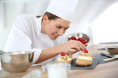 Šéfkuchař připravuje pečivo