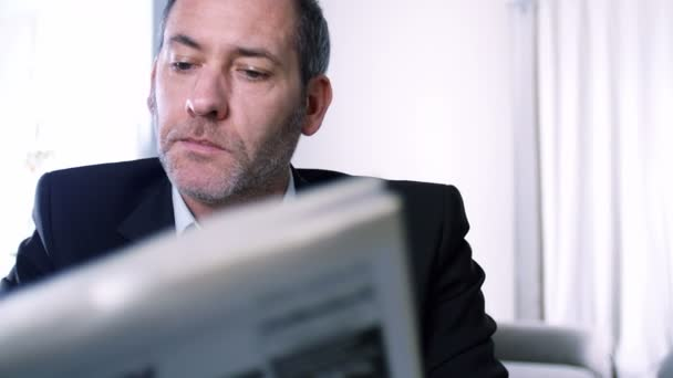 podnikatel čtení novin a pití kávy