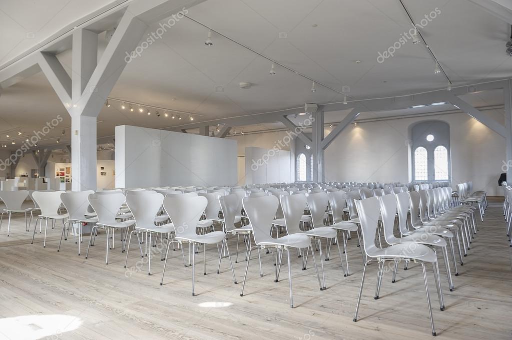 Rijen van witte stoelen in een locatie u stockfoto
