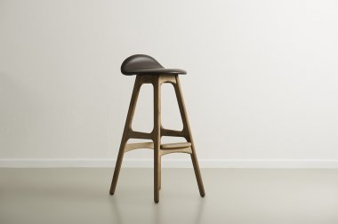 Wooden bar stool with a molded leather seat