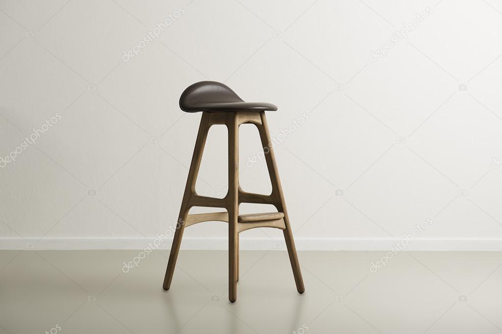 Bar sgabello con un sedile di cuoio stampato in legno u foto stock