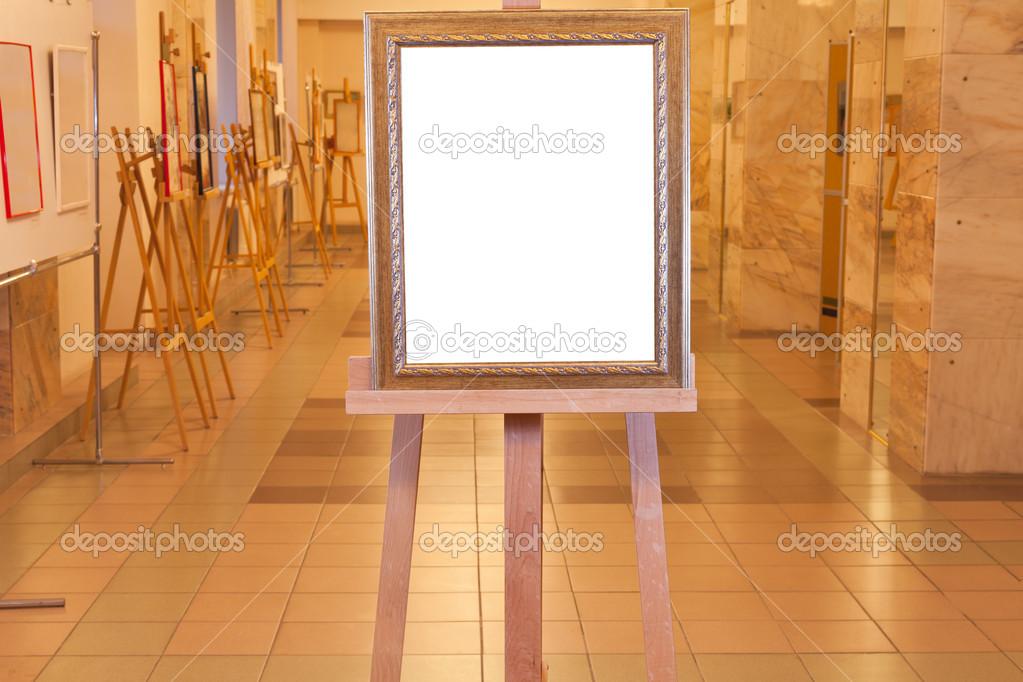 Holz Bilderrahmen auf Staffelei in Kunstgalerie — Stockfoto ...