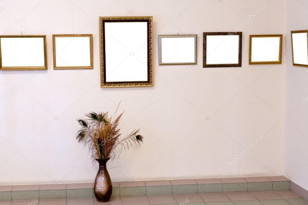 Schüssel und mehrere Bilderrahmen an Kunst-Galerie-Wand — Stockfoto ...