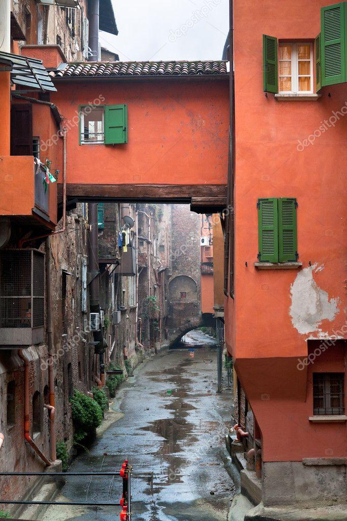 Ventana en canal urbano en v a piella en bolonia foto de stock vvoennyy 17328635 - Bologna finestra sul canale ...