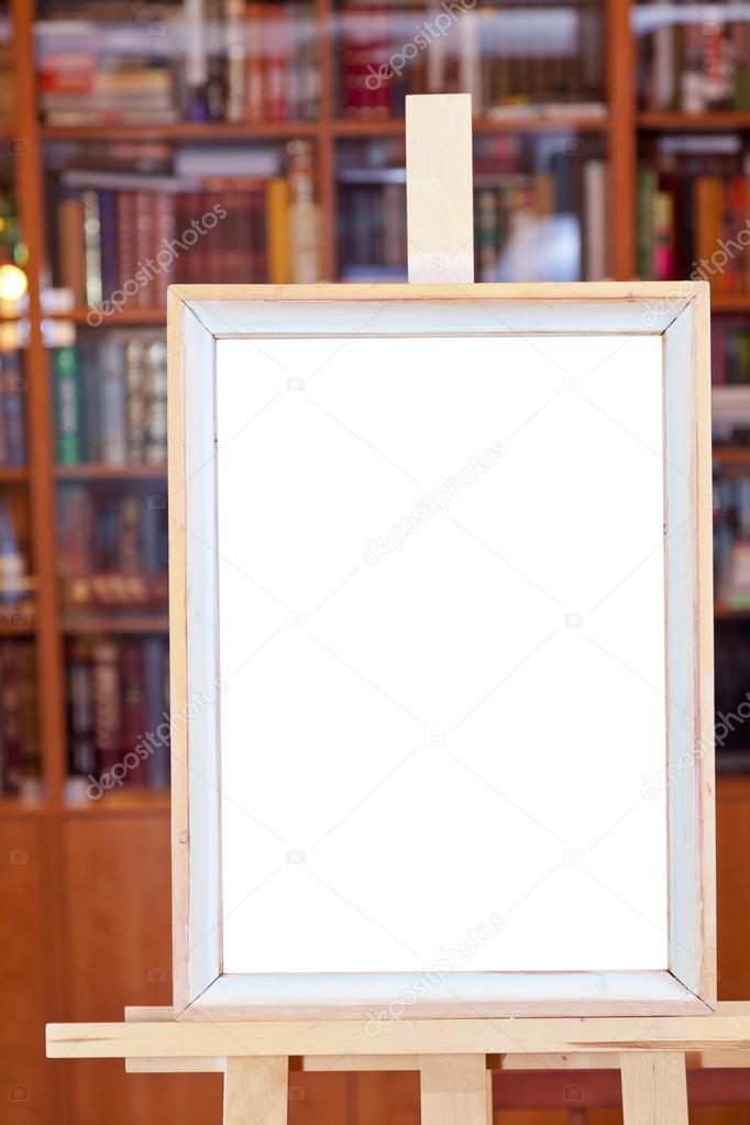weißen Leinwand einfache Bilderrahmen auf Staffelei in Bibliothek ...