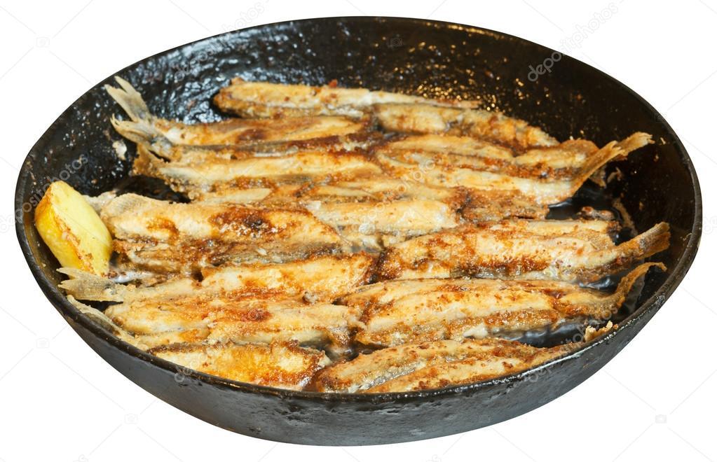 Capelan de poisson frit dans la po le noire isol e photographie vvoennyy 51415439 - Poisson a la poele ...