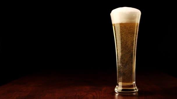 pivo do sklenic na černou a dřevěný stůl