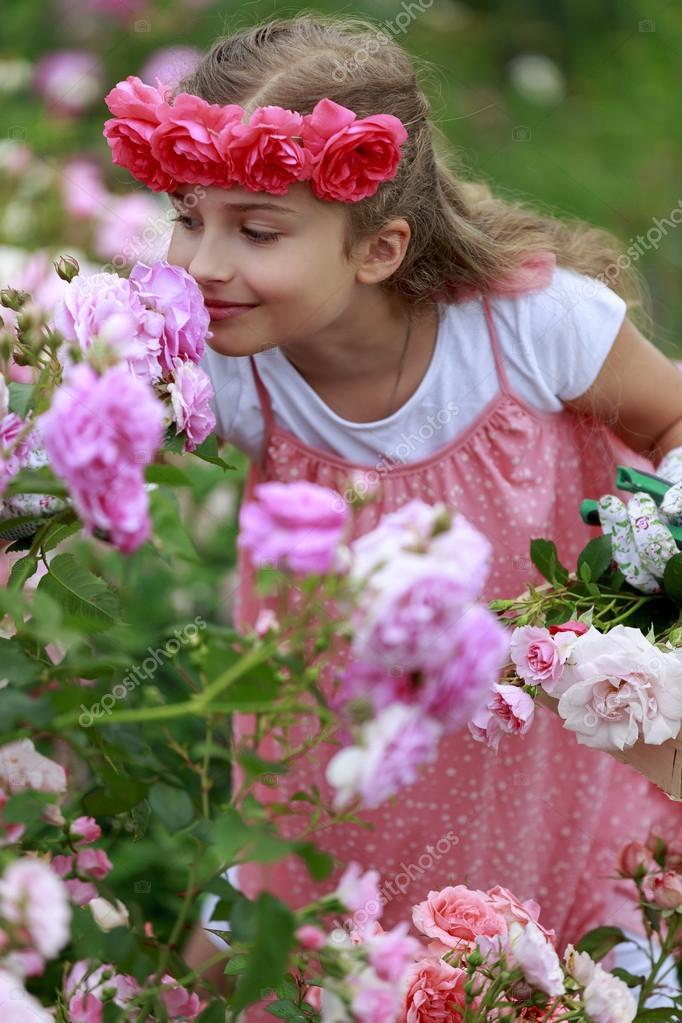 jardín de rosas - hermosa chica jugando en el jardín de rosas — Foto ...