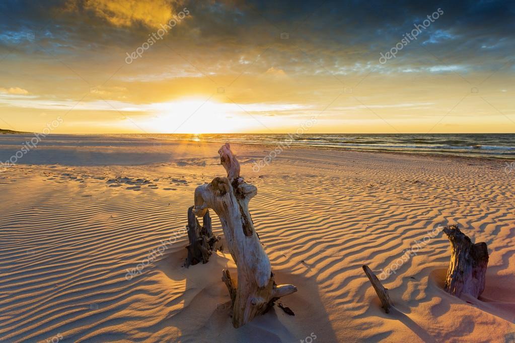 plage coucher de soleil sur la mer baltique pologne photographie gorilla 46825825. Black Bedroom Furniture Sets. Home Design Ideas