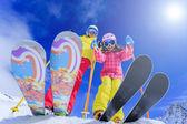 lyže, lyžaři, slunce a zimní zábava - lyžařů těší lyžařská dovolená