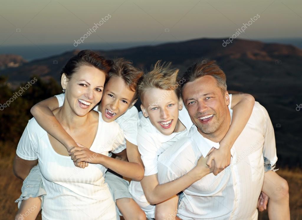 Familia de 4 personas foto de stock aletia 29181927 for Hotel para cuatro personas