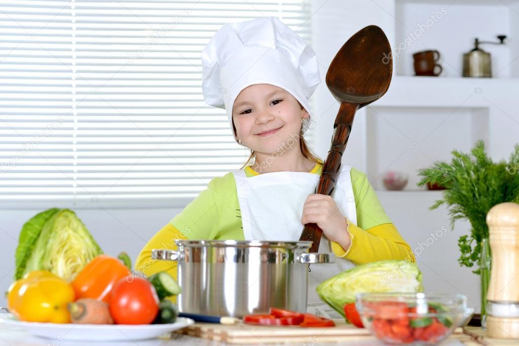 Chica cocinando sopa foto de stock aletia 30735693 - Nina cocinando ...