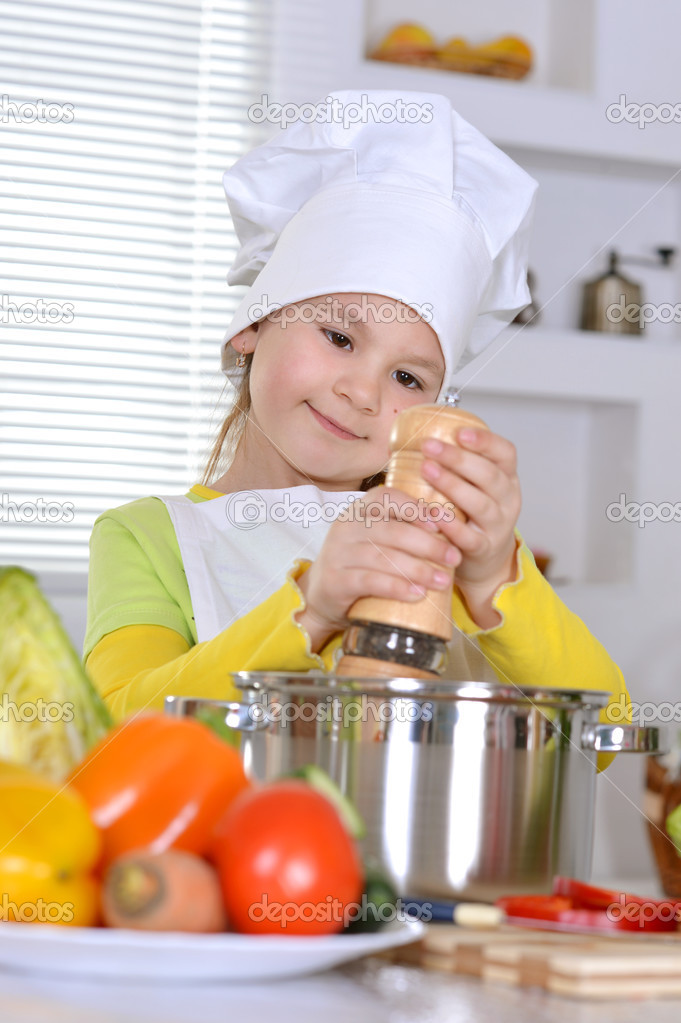 Chica cocinando sopa foto de stock aletia 30736461 - Nina cocinando ...