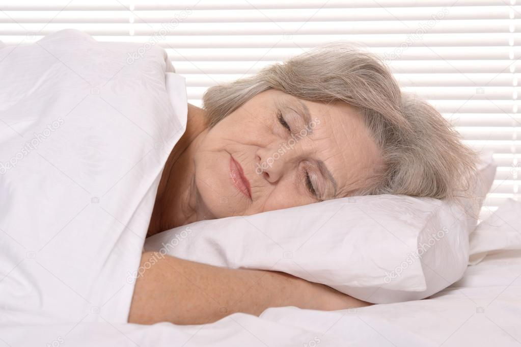 Женщине в пожилом возрасте испытать во сне начало менструального цикла — дурное предзнаменование.