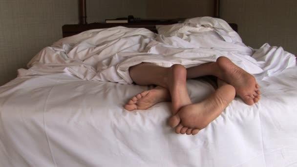 Coppia di piedi giocano nel letto video stock allllex for Piani di casa sotto 500 piedi quadrati