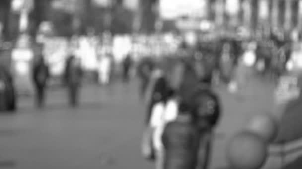 Yayalar ile siyah ve beyaz şehir sahne