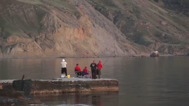 rybáři prut hodit do moře