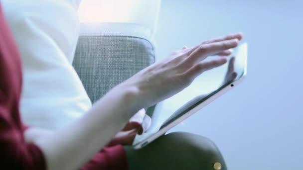 žena pomocí tabletového počítače tablet