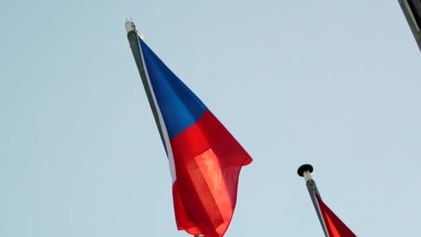 Vlajka České republiky mává