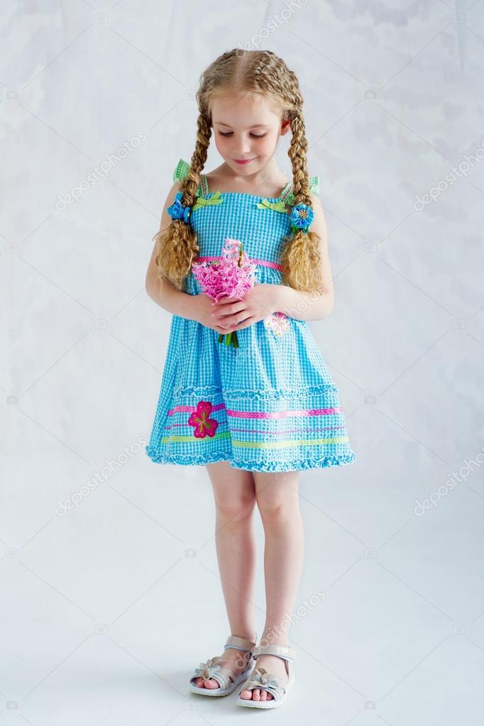 ec979ba1c351 Bella ragazza indossa blu estate vestitino e tenendo delicato rosa fiori —  Foto di ...