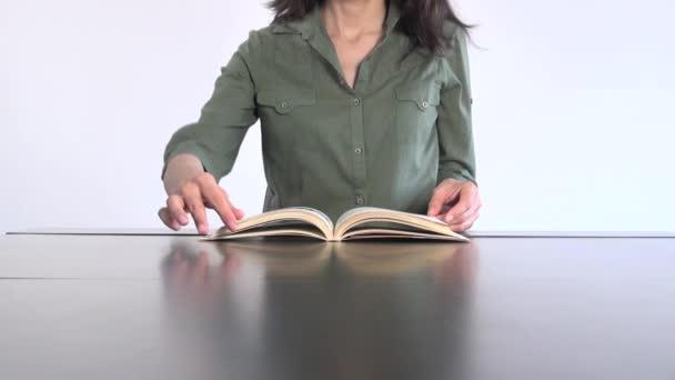 Zöld póló nő olvasókönyv