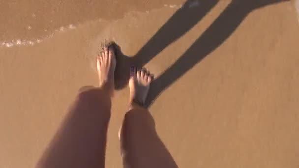 Subjektivní zastřelil ženu nohy hrající oceán 60