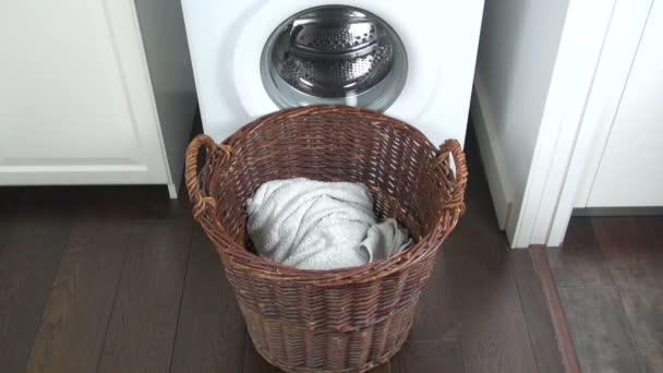 oblečení v prádelním koši