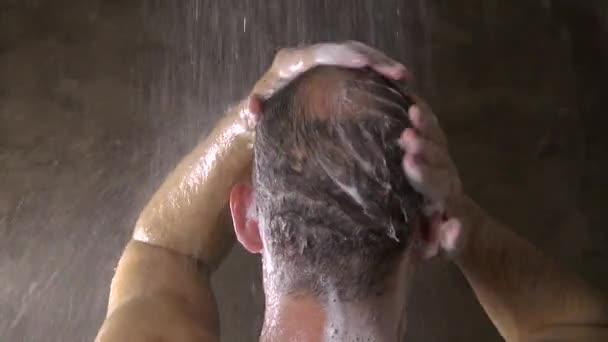 Mann seine Haare 60 waschen