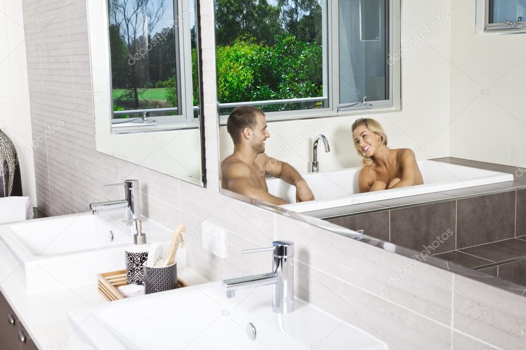 молодая пара ванной раздвигают