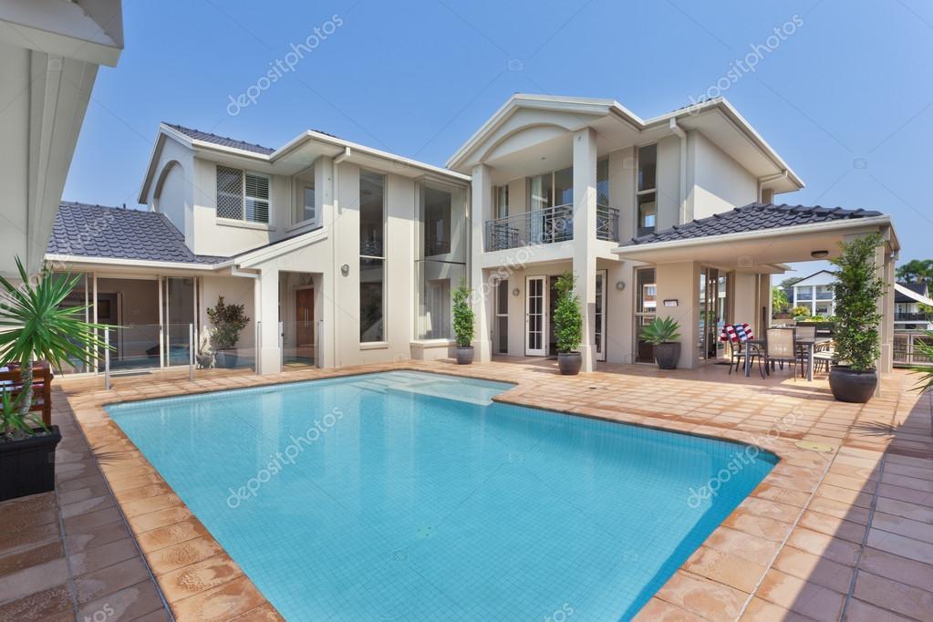 schöner Garten mit Pool in australischen Herrenhaus — Stockfoto ...